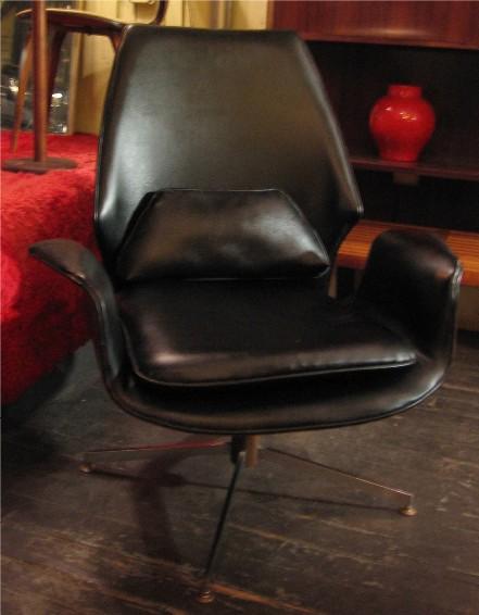 Bentwood Walnut Swiveling Lounge Chair