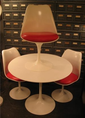 Saarinen Round Tulip Dining Table by Knoll
